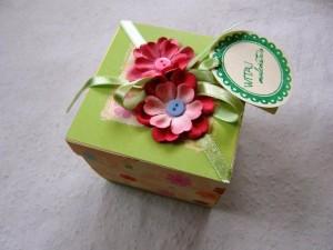 Pudełko ręcznie robione z życzeniami z okazji narodzin dziecka