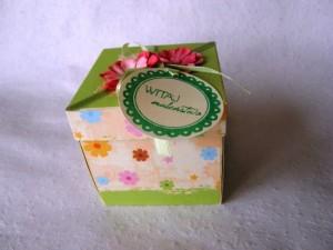 Pudełko ręcznie robione z życzeniami z okazji narodzin